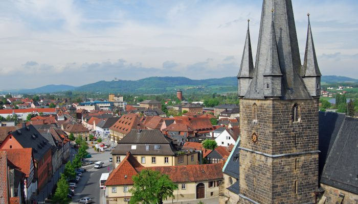 Lichtenfels - Blick aus dem Kronacher Turm, rechts die katholische Stadtpfarrkirche mit ihrem markanten Fünfspitzturm.