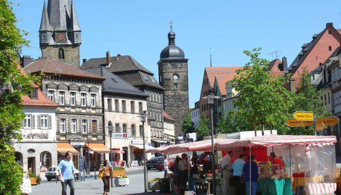 Der Lichtenfelser Marktplatz, Zentrum der fränkischen Kleinstadt.