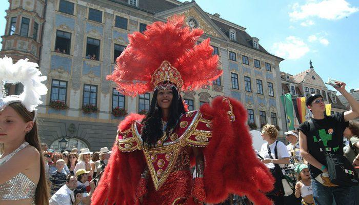 Samba in Franken: Das Internationale Samba-Festival Coburg lockt jährlich am zweiten Wochenende im Juli rund 200.000 Besucher in die fränkische Stadt. © Coburg Tourismus