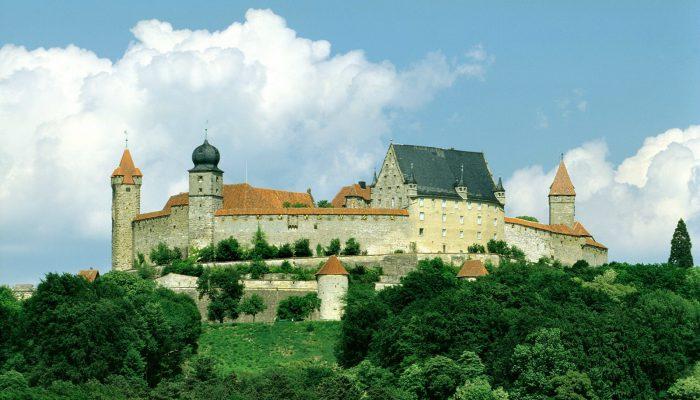 """Die Veste Coburg, auch die """"Fränkische Krone"""" genannt, erhebt sich mit ihren gewaltigen Mauern und Türmen hoch über der Stadt. © Coburg Tourismus"""