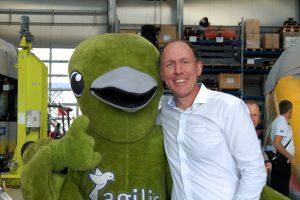 agilis-Geschäftsführer Dr. Axel Hennighausen mit Maskottchen Pico