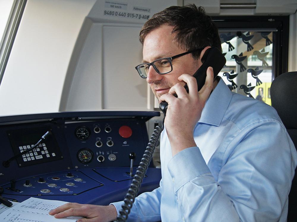 Tobias Schiedermeier, Leiter Betrieb im Netz Mitte und selbst ursprüng-lich Lokführer, erläutert, warum es sich lohnt, Triebfahrzeugführer zu werden. Er ist einer der Ansprechpartner auf dem agilis-Berufsinformationstag am 6. April. Foto: agilis.